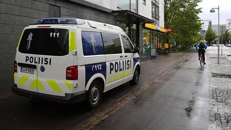 Poliisiauto R-kioskin edessä Selkämerenkadulla.