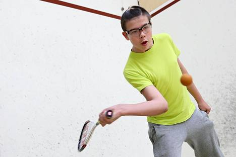 """""""Tykkään squashista, koska palloa saa lyödä ihan niin kovaa kuin haluaa"""", sanoo Jesse Konttinen."""