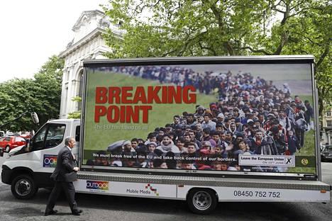 """Nigel Farage on puolustanut julistetta sanomalla, että avoimien ovien politiikka on tehnyt EU:sta """"vähemmän turvallisen""""."""