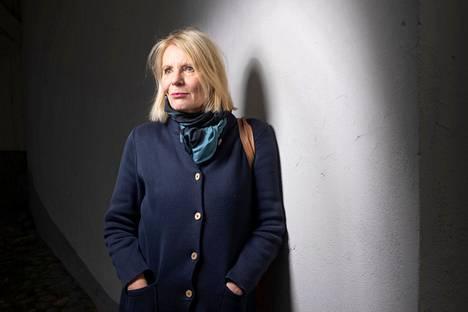–Yritin kuvata rohkeaa naista. Minua puhutteli rohkeus ja ilo, uskallus. Toivon, että lukija vahvistuu, kirjailija Heidi Köngäs sanoo uudesta romaanistaan Siivet kantapäissä.