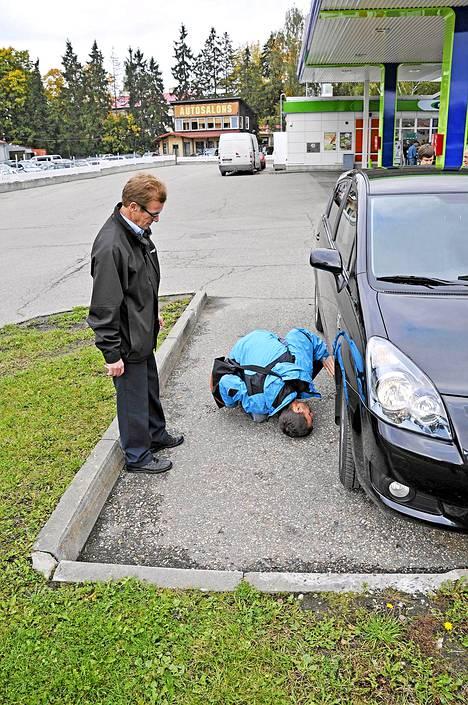 Kari Salmi etsii Toyotan alustasta ruostetta. Ei löydy.