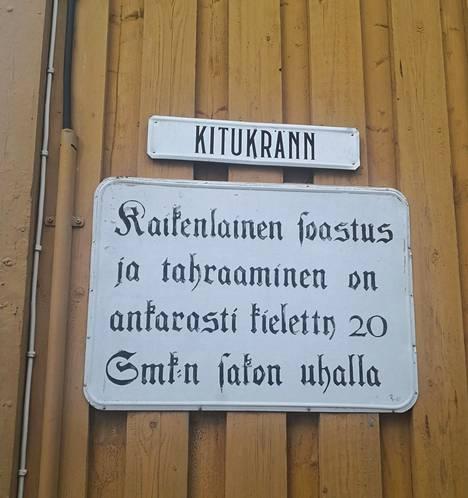 Tahraaminen on ankarasti kielletty, kertoo Vanhan Rauman kyltti.