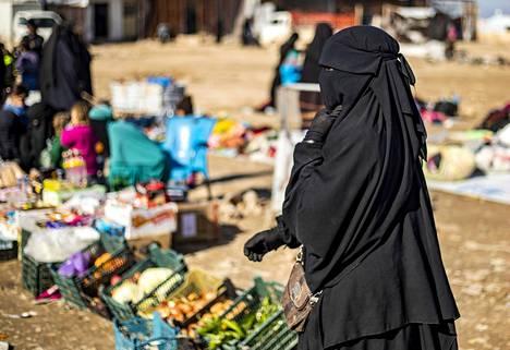 Ranskalaisnainen kuvattiin kävelemässä al-Holin leirin ulkomaalaisille tarkoitetussa osassa viime tammikuussa. Leirillä on arvioitu olevan noin 10000 muualta kuin Syyriasta tai Irakista kotoisin olevaa.