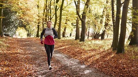 Liikunta vähentää koronan vaikutuksia monin tavoin. Hyvä yleiskunto ja painon pudotus auttavat viruksen iskiessä.