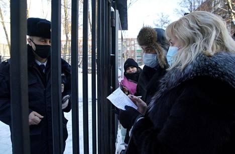 Aleksei Navalvyin asianajajat Olga Mikhailova ja Vadim Kobzev puhuivat poliisille poliisiaseman ulkopuolella maanantaina.