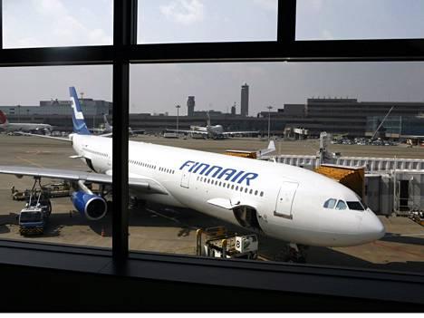 Finnairin kone Naritan lentokentällä Tokiossa.