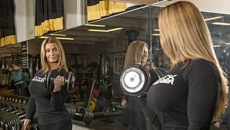 Body Fitnessiä treenaavat naiset ovat Kati Alanderin tavoin huomattavasti lihaksikkaampia ja voimakkaampia kuin Bikini Fitness -treenaajat.