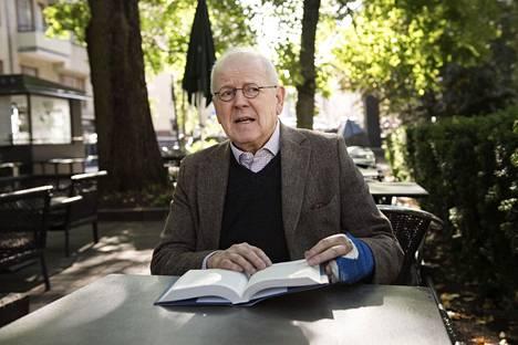 Antti Tuuri sai materiaalia kirjaansa myös Arvid Bromsin tunteneilta ihmisiltä. – Isoin homma oli penkoa kaikki Bromsin rikostuomiot, hän myöntää.
