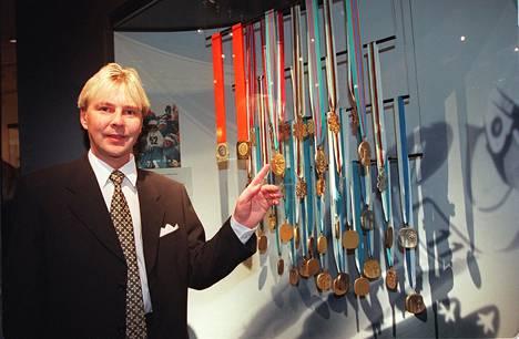 Esa Teittinen vaati 90-luvulla itselleen Matti Nykäsen mitaleita, koska Nykänen oli hänen mukaansa myynyt ne hänelle 1994. Hovioikeus hylkäsi myyntiväitteet. Vippien panttina olleet mitalit pelastettiin kansalaiskeräyksellä ja toimitettiin Urheilumuseoon. Teittinen ehti vaatia  myös kansalaiskeräyksen summaa itselleen. Nykänen asui Teittisen luona Solnassa aiemmin.