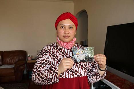 Narita Ayu Yousuf pitelee kuvaa isästään Arief Prayitnosta.