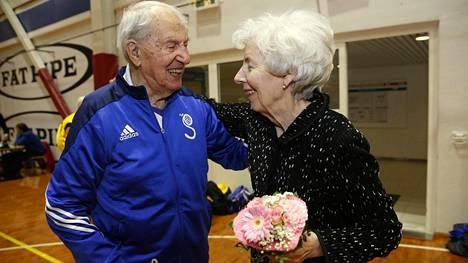 Tellervo Koivisto kukitti 100-vuotiaan lentopalloilijan – myös presidentti Mauno Koiviston pelipaita nostettiin kattoon