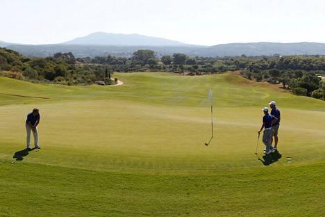 Kansainvälisen hiihtoliiton valitsemassa kongressipaikassa voi pelata myös golfia. Arkistokuva.