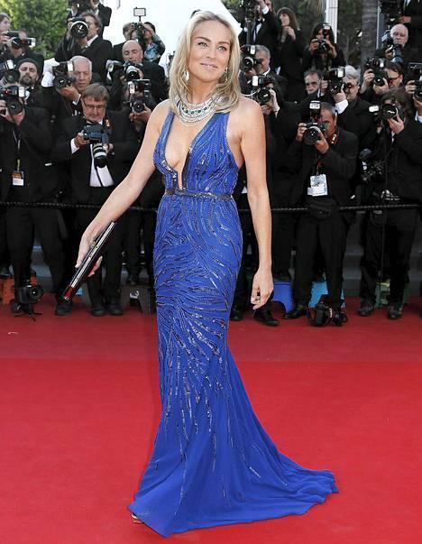 Sharon Stone oli pukeutunut näyttävän siniseen iltapukuun.