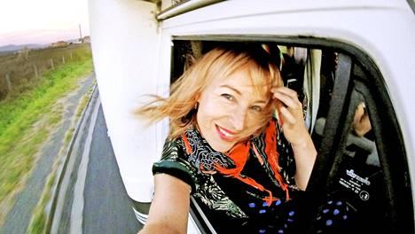 Laura Santanen suosii spontaania ja riippumatonta matkustustyyliä. Tähän tarpeeseen matkailuauto sopii hyvin.