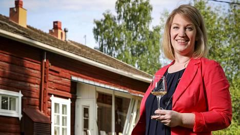 Anna Grotenfelt-Paunonen pyörittää englantilaista teehuonetta Wehmaan kartanon pihapiirissä.