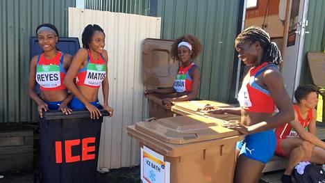 Dominikaanisen tasavallan viestijoukkueen jäsenet vilvoittelivat roskapöntössä.