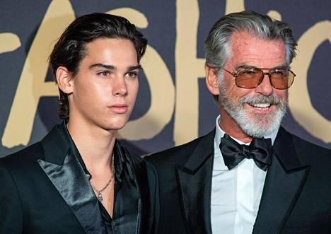 Brosnan yhdessä 18-vuotiaan Paris-poikansa kanssa syyskuussa.