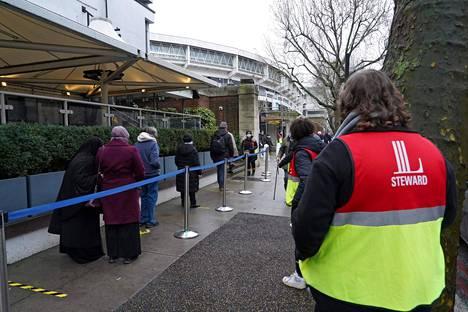 Kansalaiset jonottivat rokotukseen krikettistadionille Lontoossa 27. tammikuuta.