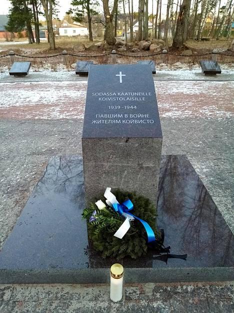 Tältä näytti Koiviston sankarihautausmaan muistopaasi ennen töhrimistä. Kiven tekstissä lukee: Sodassa kaatuneille koivistolaisille 1939-1944.