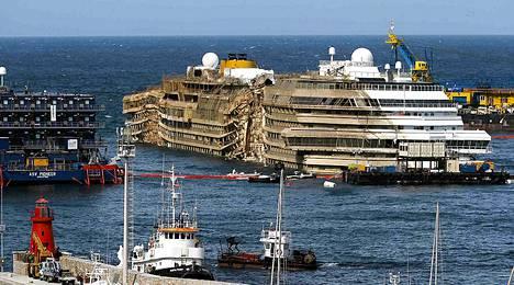 Costa Concordian pohjassa ollut kylki paljastui kaikessa karuudessaan tiistaina.