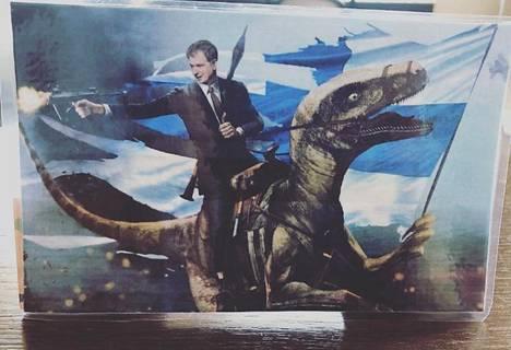 Kuva esittää tasavallan presidentti Sauli Niinistöä dinosauruksen selässä. Vastaavanlaisia kuvia on tehty myös muun muassa Yhdysvaltain presidenteistä Ronald Reaganista ja Donald Trumpista.