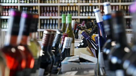 Suomea pyydetään harkitsemaan, voitaisiinko alkoholijuomien etämyynti sallia siten, että tuotteet luovutettaisiin hyväksytyistä luovutuspaikoista.