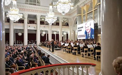 Vladimir Putin piti puheen Pietarissa Anatoli Sobtshakin muistoksi järjestetyssä konsetissa.