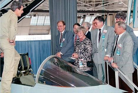 Elisabeth Rehn ja Iiro Viinanen tutustumassa Hornetien ohjaamoon lentäjä Dave Desmondin opastuksella.