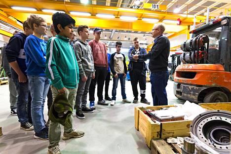 Iisalmessa luokkavierailut alueen yrityksiin ovat osa koulujen opetussuunnitelmaa. Kehityspäällikkö Kimmo Taskinen kertoo Ahmotuotteen tarinaa 8-luokkalaislle.