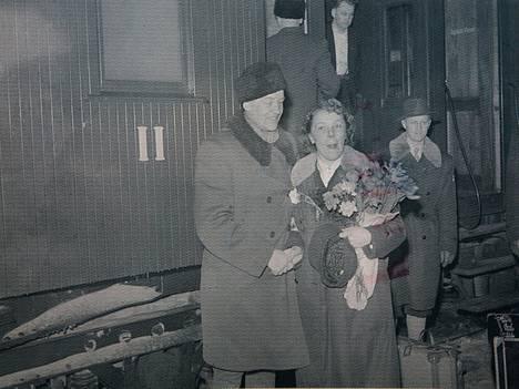 Paavo Lehtonen ja Lydia Wideman-Lehtonen olivat nousemassa Tampereen-junaan Lydian olympiavoiton jälkeen.
