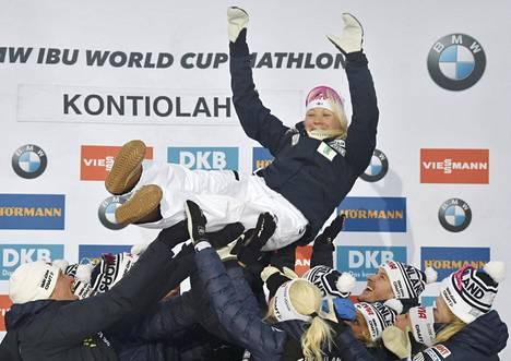 Kaisa Mäkäräinen saateltiin näin lennokkaasti eläkkeelle, kun ampumahiihdon maailmancup päättyi Kontiolahdella 17. maaliskuuta.