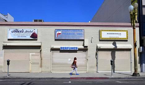 Työttömyystukihakemusten määrä on noussut moninkertaisesti etenkin Yhdysvalloissa. Toukokuun alussa Los Angelesin vilkkailla ostoskaduilla näytti tältä.