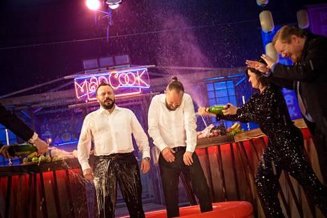 Samppanjan suihkuttaminen ei ollut kiellettyä Mad Cook Show'n kuvauksissa.