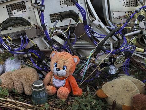 Kone levisi laajalle alueelle Itä-Ukrainassa. Koneen ampumisesta epäillään Venäjä-mielisiä separatisteja.