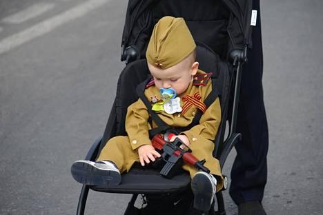Lapsia kasvatetaan Venäjällä sotilaalliseen isänmaallisuuteen jo pienenä. Kuvan pikkupoika osallistui voitonpäivän juhlallisuuksiin Tambovissa 9. toukokuuta.