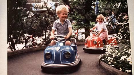 """Suvi-siskon mukaan Sampo Terho oli lapsena luonteeltaan """"tyypillinen esikoinen"""". Tuolloin mikään ei kuitenkaan vielä viitannut siihen, että Terhosta tulisi vielä jokin päivä ammattipoliitikko. Kuvassa Sampo Terho Linnanmäellä vuonna 1984."""