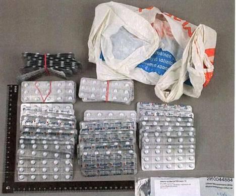 Asunnon kodinhoitohuoneessa oli muovikassissa Ksalol-tabletteja. Autotallista löytyi mm. dopingaineita.