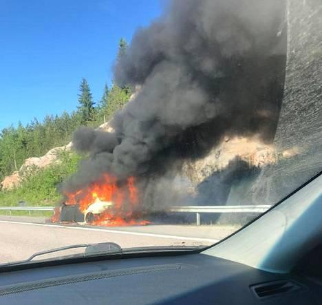 Musta savu nousi auton tulipalosta.