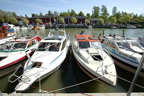 Veneilijöitä riittää joka satamaan.