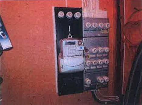 Myynti-ilmoituksessa vuonna 1982 rakennettu talo olikin todellisuudessa parikymmentä vuotta vanhempi. Taloa oli remontoitu useaan otteeseen. Tämä näkyi myös talon sähkökeskuksessa useina asennuskerrostumina.