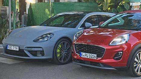 Ford Puman (punainen auto etualalla) muotoilu muistuttaa keulan osalta erehdyttävästi Porscen linjoja, kuten kuvan taustalla olevasta Panamera Turbo S e-hybrid –mallista (siniharmaa auto) on helppo havaita. Mikäli verrokkina olisi Porsche Cayenne, olisivat keulat myös korkeudeltaan lähempänä toisiaan.