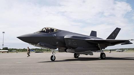 Yhdysvaltojen ilmavoimien Lockheed Martin F-35A Lightning II -häivehävittäjä laskeutumisen jälkeen Turun lentoasemalla Suomen päälentonäytöksen Turku Airshow 2019:n lehdistötilaisuudessa Turussa 13. kesäkuuta 2019.