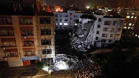 Räjähdyksessä vaurioitunut rakennus Liuchengissa.