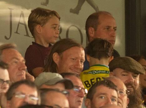 Isältä pojalle! Prinssi William on siirtänyt Aston Villa -faniutensa pojalleen prinssi Georgelle.