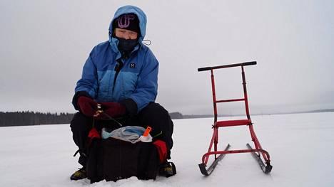 Hämeenlinnalainen Marja Järvinen harjoitteli SM-pilkkiin Rantasalmen Kolkonjärvellä. Hänen mielestään pilkkikalojen tappopakkoa on hankala valvoa.
