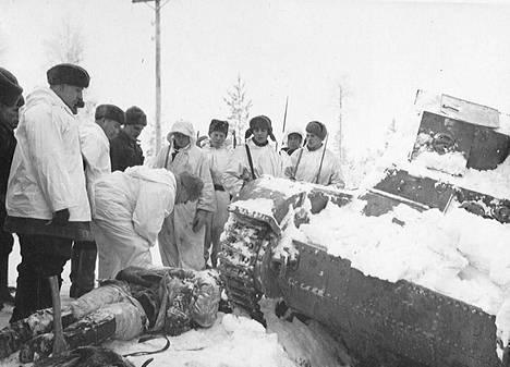 Suomalaiset tutkivat vallattua tankkia.