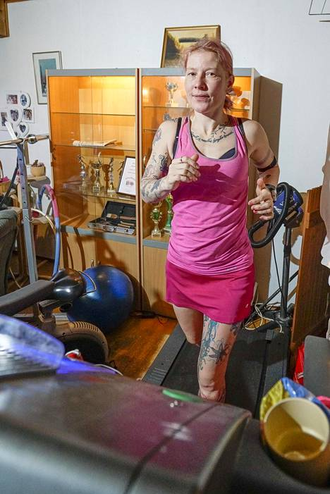 Iina Puskala juoksee joka päivä maratonin joko juoksumatolla tai pihapiirissään.