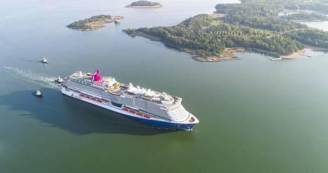 Valtava alus oli komea näky poistuessaan Turun vesiltä.