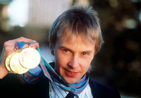 Matti Nykänen esitteli kolmea Calgaryn kultaansa kisojen jälkeen.