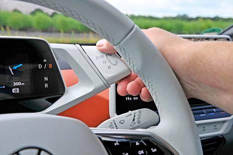 Vaihde- tai sähköautossa oikeammin ajosuunnan valitsin on yksinkertainen vipu, jonka käytön oppii hetkessä.